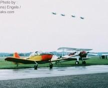 fokker-s-11-e-36 (ph-acg)+boeing-stearman-n5817n +4-nf-5-formatie soesterberg-11-9-1981-j-a-engels