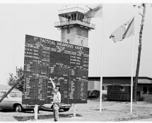 1974 hans-bij-het-scorebord-van-de-11etwm-cfb-baden-söllingen-dld-5-1974